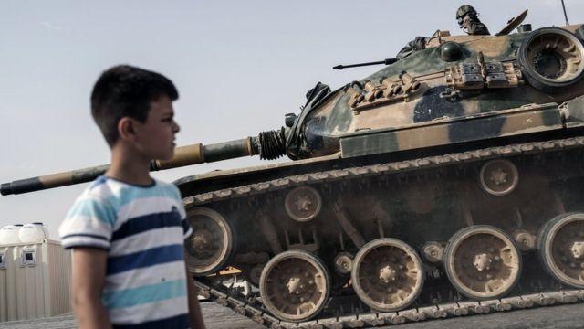 Oğlan sərhəd Qarqamış şəhərindən keçən türk tanklarının izləyir (25 August 2016)
