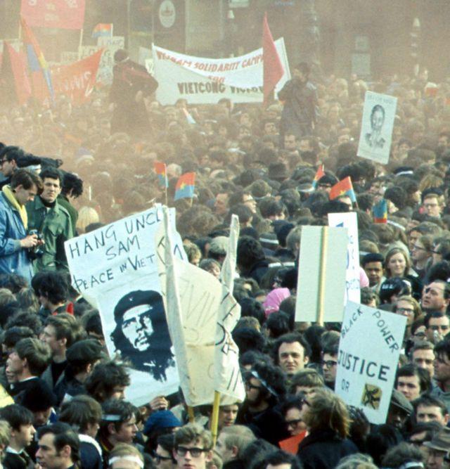 تظاهرات علیه جنگ ویتنام در نزدیکی سفارت آمریکا در میدان گروسونور، لندن