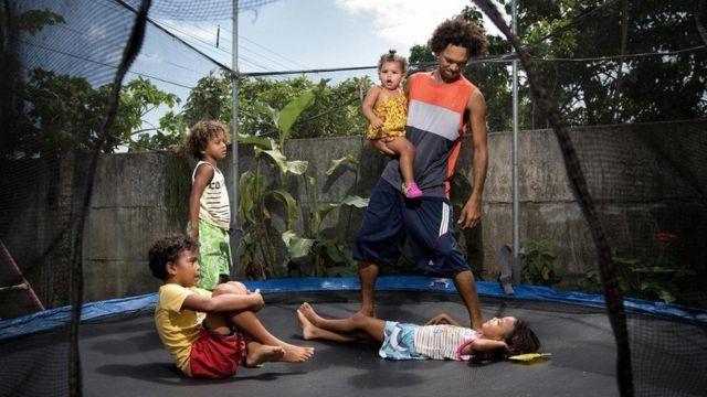 مايكل كامورو سواريز يعمل ليالي في مطعم البيتزا الخاص به في كوستاريكا ويقضي اليوم مع أطفاله في المساء لغيابه