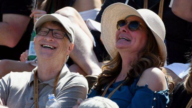 Le couple profite d'un moment pendant un match de tennis entre le Polonais Hubert Hurkacz et le Suisse Roger Federer en 2019.