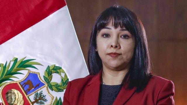Mirtha Vásquez, junto a la bandera peruana.