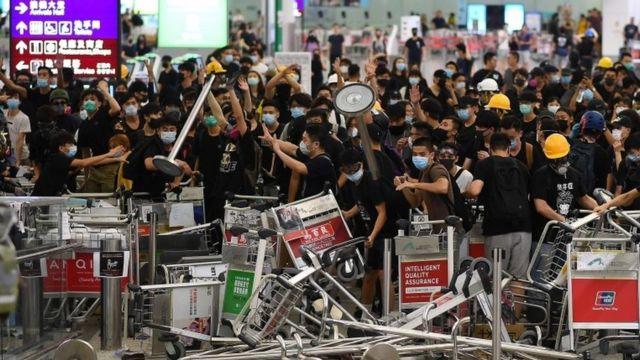 Barricada de protesta en el aeropuerto de Hong Kong