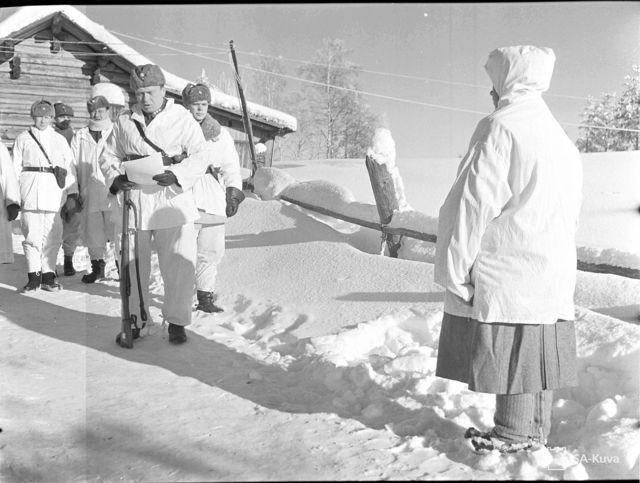 Häyhä recebe rifle e certificado de honra