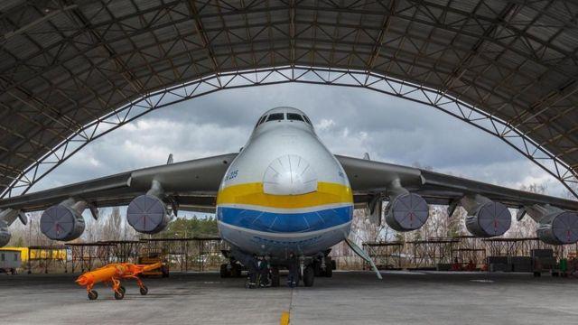 Khởi đầu được chế tạo để chuyên chở tàu con thoi Buran của Liên Xô, chiếc An-225 buộc phải tìm ra mục đích mới để vận chuyển hàng hóa sau khi Liên Xô sụp đổ.