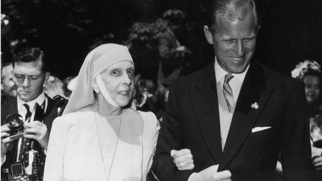 O duque de Edimburgo com sua mãe, a princesa Alice de Battenberg