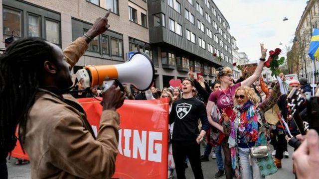 İsveç'te göstericiler, kapanma tedbirlerini protesto ediyor.