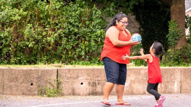 Когда семья переезжает в другую страну, дети овладевают новым языком быстрее - возможно, потому, что им это более необходимо?