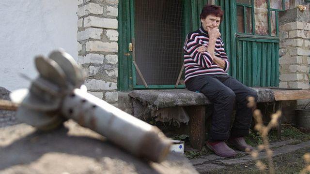 Жінка на зруйнованому подвір'ї, Луганська область