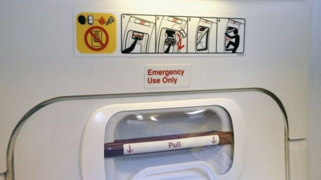 Porta de emergência em avião
