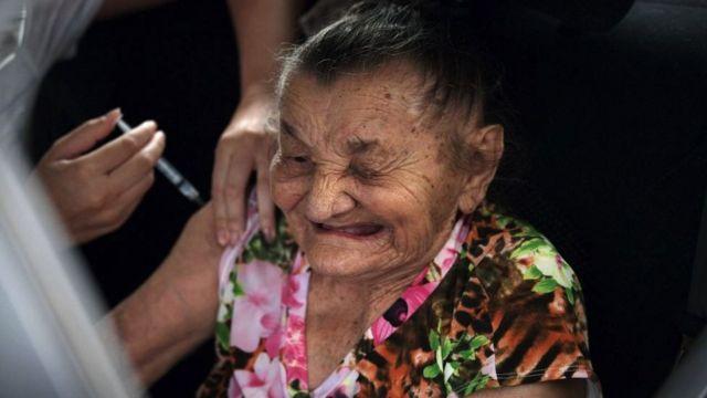 aşı olan yaşlı bir kadın.