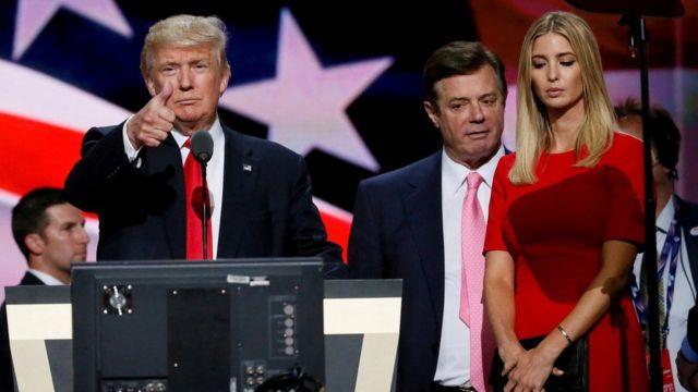 مانافورت (وسط الصورة) مع ترامب وابنته إيفانكا ترامب