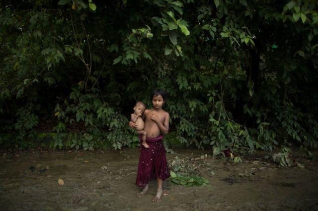Dos niños, refugiados rohingyas, en Kutupalong, Bangladesh, el 13 de septiembre de 2017.