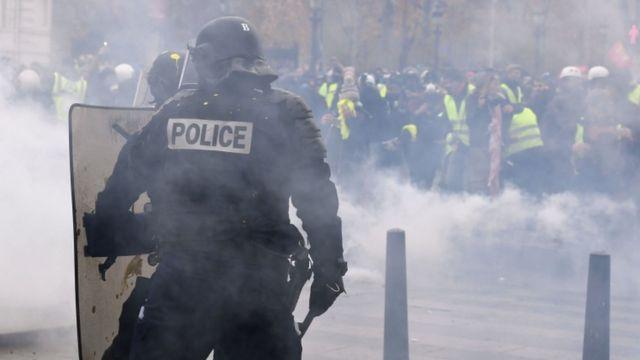 Демонстрантов разгоняют с помощью слезоточивого газа, 8 декабря