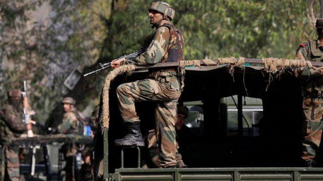 भारत प्रशासित कश्मीर के उड़ी में सेना के कैंप पर हमले के बाद वहां सुरक्षा व्यवस्था बढ़ा दी गई.