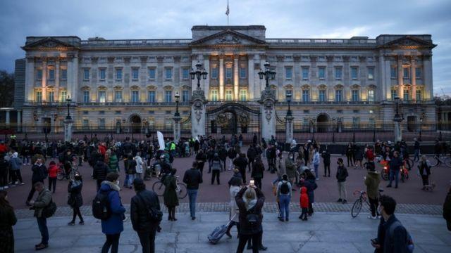 مواطنون بريطانيون أمام قصر باكينغهام