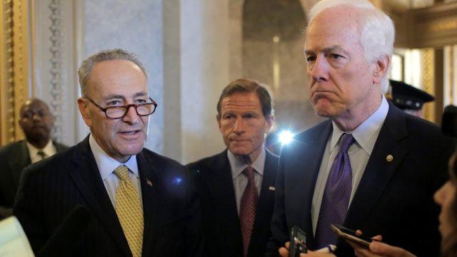 Los senadores Chuck Schumer (izquierda), Richard Blumenthal (centro) y John Cornyn (derecha).