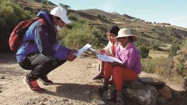 Wilson León ajuda crianças a estudar em um local remoto