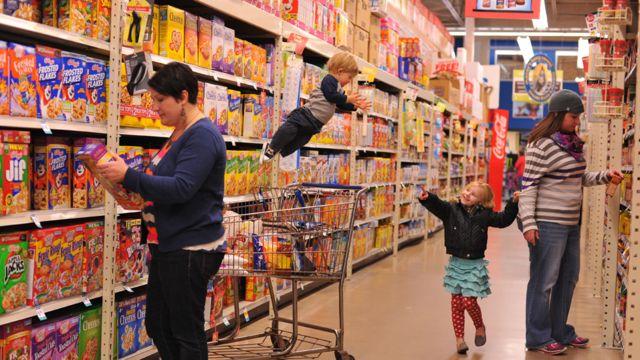 Wil en el aire entre compradores en un supermercado