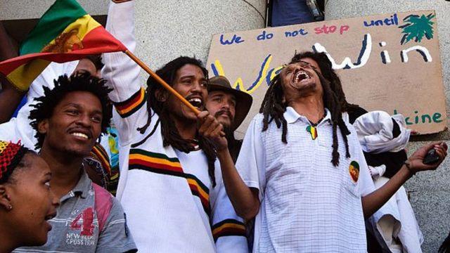 Oko 100 rastafarijanaca i drugih aktivista pevaju i igraju ispred Višeg suda u Kejptaunu u znak podrške sudskoj prijavi zbog dekriminalizacije dage (marihuane / kanabisa) 7. decembra 2015. godine u centru grada