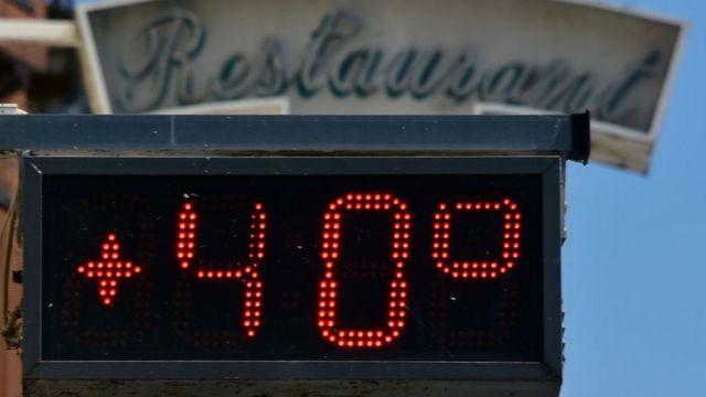 Una foto tomada el 7 de agosto de 2018, con una pantalla electrónica en la entrada de un restaurante que muestra 40 grados centígrados en la ciudad francesa Entraygues-sur-Truyère, durante una ola de calor en curso en Europa.