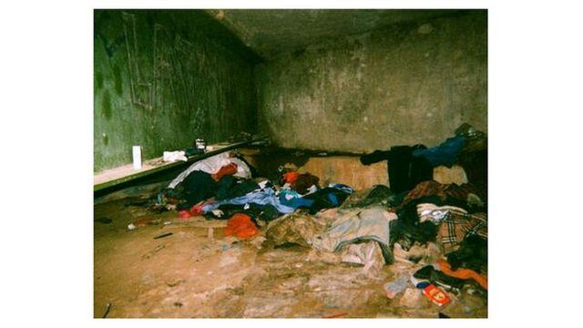 Refugio debajo de un puente de una persona sin hogar
