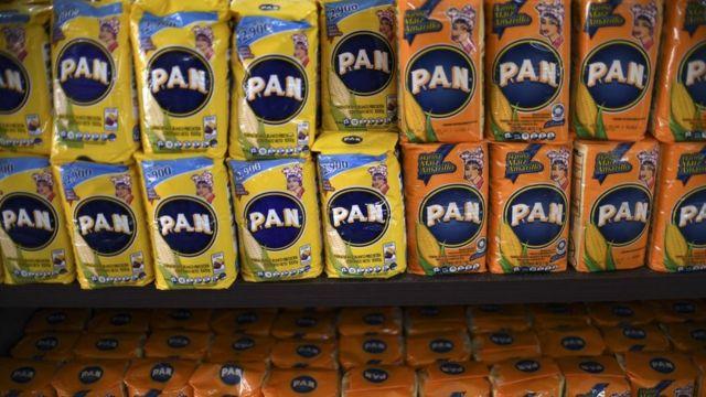 Paquetes de Harina PAN en un anaquel.