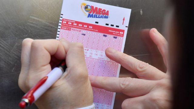 Imagem mostra apostador preenchendo bilhete de loteria