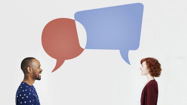 Duas pessoas se comunicando