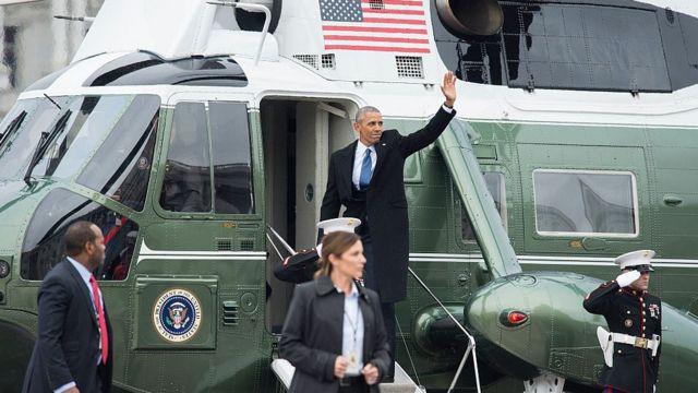 手を振り就任式会場を後にするバラク・オバマ前大統領