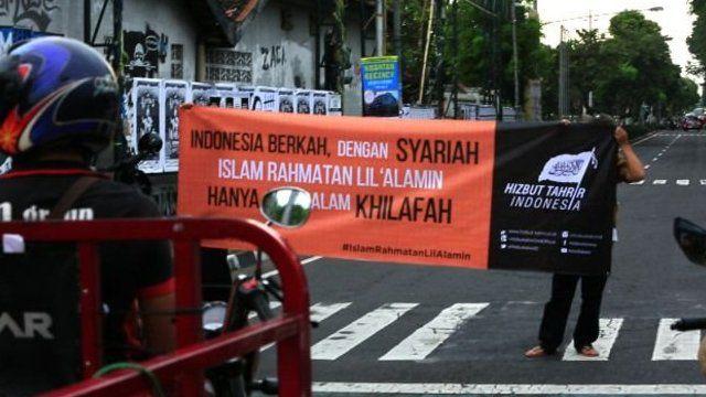 Demo mendukung penegakan khilafah di jalanan depan sebuah kampus di Yogyakarta pertengahan April.