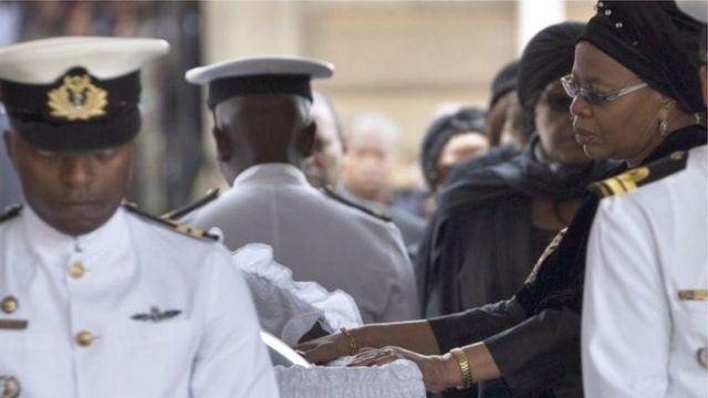 Aha hari mu muhango wo gushyingura Nelson Mandela witabye Imana ku itariki ya 5 y'ukwezi kwa cumi na kabiri mu mwaka wa 2013, afite imyaka 95 y'amavuko