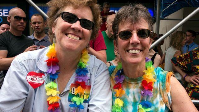 Una pareja lesbiana celebra el desfile del Orgullo Gay en Nueva York, 2013