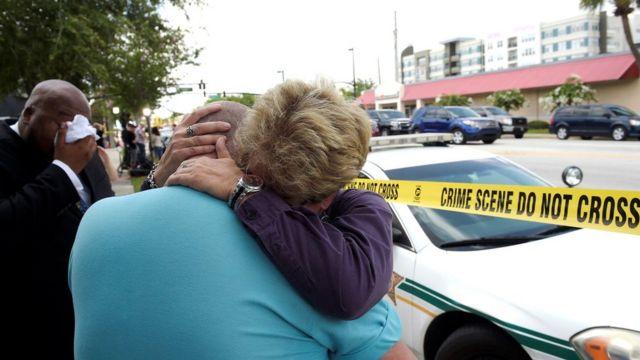 写真は、フロリダ中央LGBTセンターのデカーロ会長と抱き合うオーランド市のシーハン市議会議員(12日)