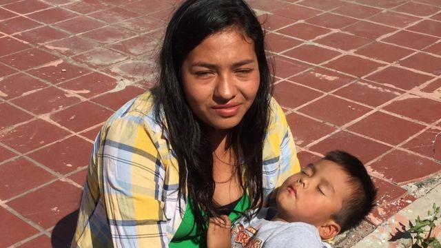 Aura y su hijo, Anthony, en Tijuana