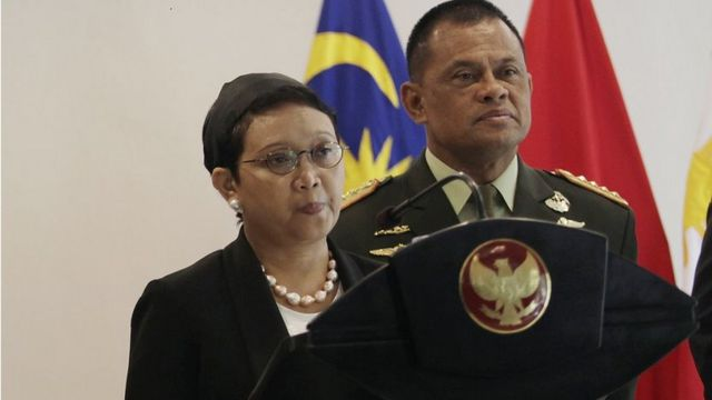 Indonesian Foreign Minister Retno Marsudi (R) speaks during a press conference next to Indonesian Military Chief Gatot Nurmantyo (1st R),