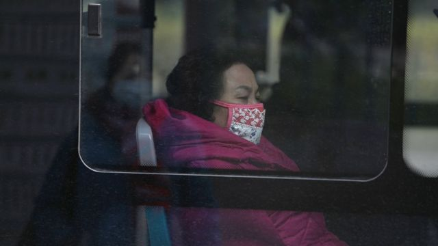 Bus u Vuhanu, žena u autobusu