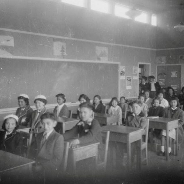 Studenti in un'aula della Copper Island Industrial School