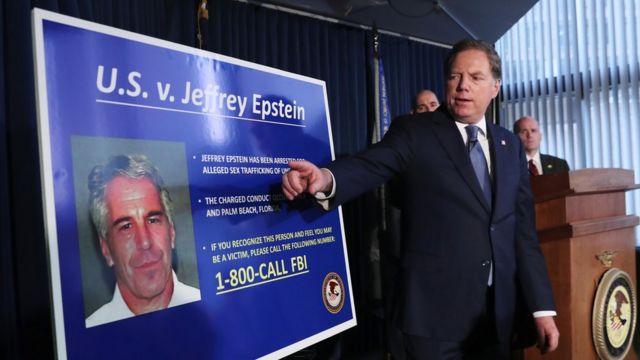 Una pancarta mostrando el caso contra Epstein.