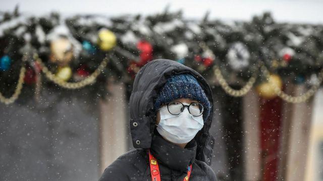 Женщина в маске на улице в Москве