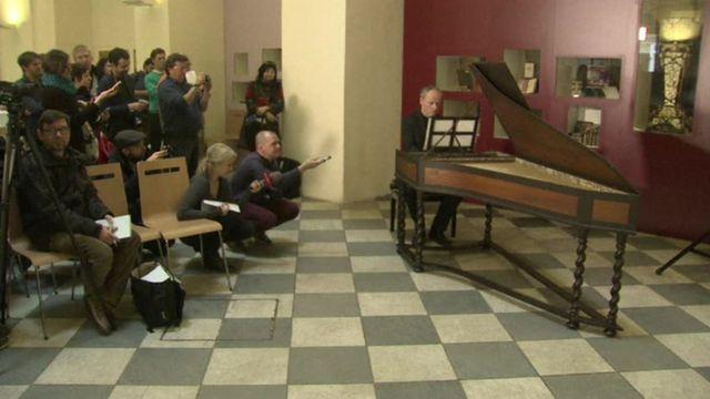 ハープシコードで作品を演奏するルカシュ・ベンドルさん(16日)