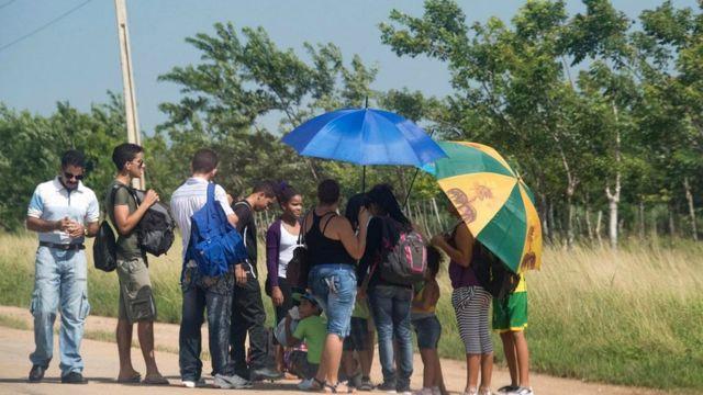 Как и многие кубинцы, Том и Эрнесто порой ждут часами, чтобы куда-то доехать
