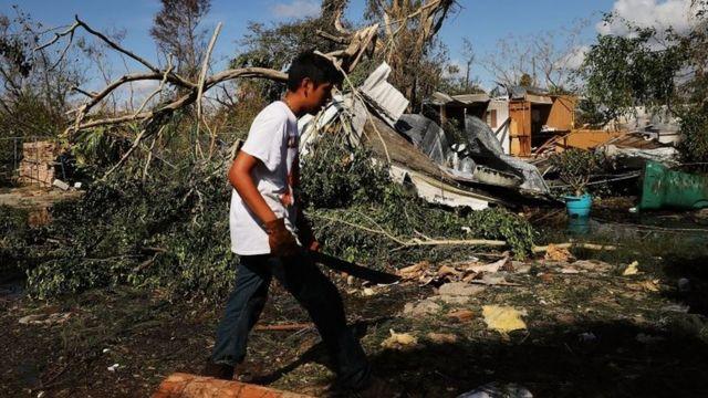 Una casa dañada en Naples, Florida
