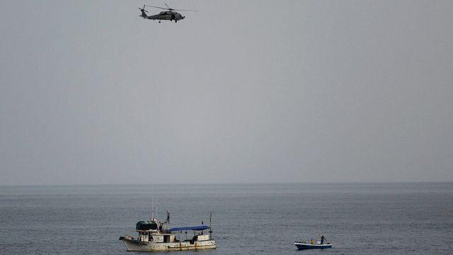 Helicóptero estadounidense vigila una embarcación ecuatoriana sospechosa en 2013.