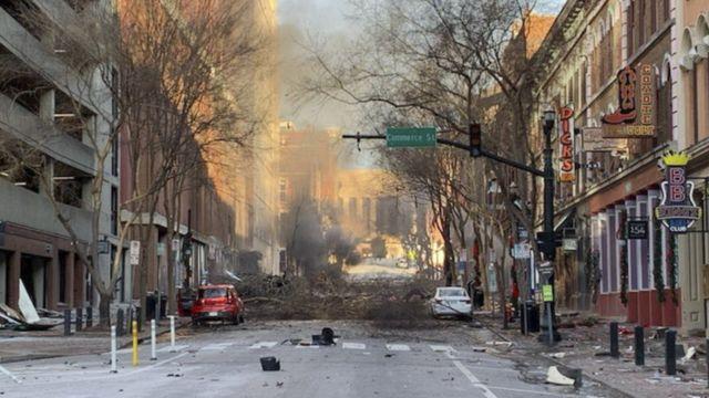 Imagem cortesia do Departamento de Polícia de Nashville mostra a devastação após a explosão no centro da cidade