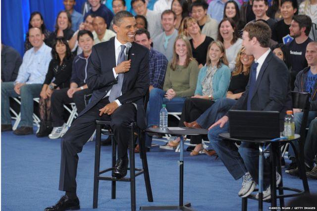 2011 साली फेसबुकच्या एका टाऊन हॉलमध्ये मार्क झुकरबर्गसोबत अमेरिकेचे तत्कालीन राष्ट्राध्यक्ष बराक ओबामा