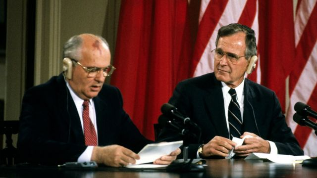 Soviet President Mikhail Gorbachev (left) and US President George HW Bush hold a joint press conference in the White House's East Room, Washington DC, June 3, 1990. (Photo by Ron Sachs