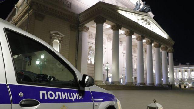 """Автомобиль полиции у здания Большого театра, где во время оперы """"Садко"""" на сцене погиб артист"""