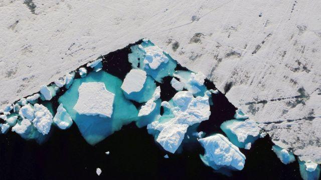 Foto aérea mostra calotas e gelo derretido na Groenlândia