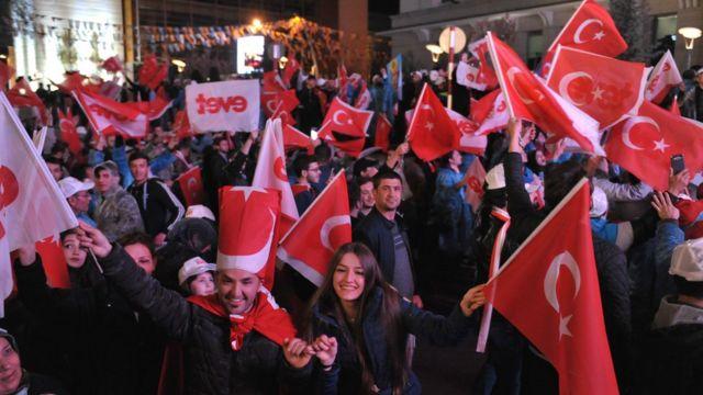 شادی طرفداران تغییر قانون اساسی