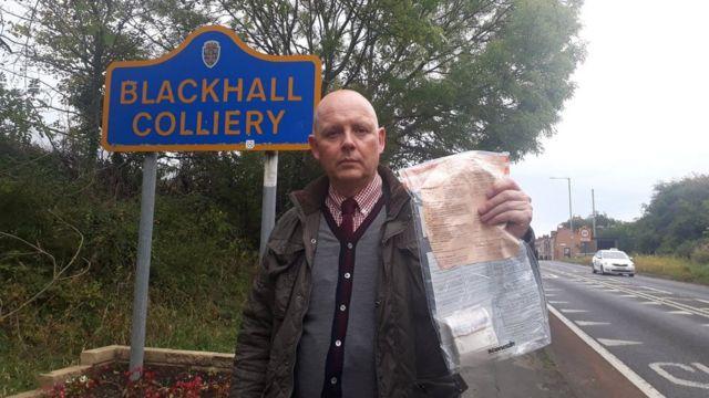 Мужчина с большим пакетом в руке